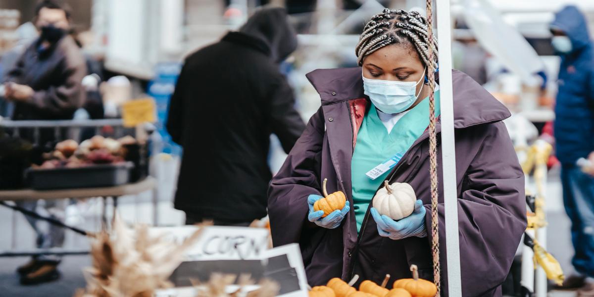 Des paniers de fruits et légumes pour soutenir les petits commerçants